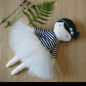 Kit Poupées en tissu - Kit de couture vous permettant de réaliser des poupées de chiffon.  Chaque kit comprend le matériel nécessaire à la confection de la poupée ainsi que son patron et ses explications.