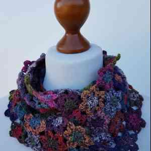 Kit crochet Fleurs de Bruyère - Fleurs de bruyères version Merino 400 Lace Lang Yarns Fleurs de Bruyère est un col réalisé au crochet. Les fleurs sont crochetées avec deux fils de Merino 400 Lace de Lang Yarns, travaillés ensemble, en changeant les couleurs. Les fleurs sont accrochées entre elles au fur et à mesure, au dernier rang. Ce col est facile à réaliser, mais comme tout ouvrage, il demande un peu de patience… Le kit comprend :  •75g du coloris A (myrtille) et 75g de 14 coloris différents du fil Merino 400 Lace de Lang Yarns, 100% laine lavable en machine. •Les explications détaillées avec schéma et photos en couleur. À crocheter avec un crochet n°2,5 (non fourni).