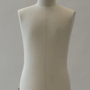 Buste mannequin homme taille 48 - Fabriqué entièrement en France, ce buste mannequin en fibre de verre et ouate recouvert d'une toile écrue est réglable en hauteur. Il se compose d'une tige métallique, d'un trépied en fonte ainsi que d'une tête de mannequin ornée d'un aimant estampillé ESMOD permettant de maintenir les aiguilles à portée de main !   En plus de donner un coté rétro aux ateliers de couture, le buste est l'outil de travail indispensable du modéliste d'industrie qui va utiliser la technique du moulage pour donner vie à son vêtement final.