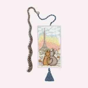 Marque-Page Chats Parisiens - Ce kit contient: une toile en Aida de coton 7 pts/cm, les cotons à broder DMC, le diagramme créé par Cécile Vessière et les instructions, aiguille à broder, accessoire - marque-page en métal. Dimension du modèle brodé 4 x 8 cm.