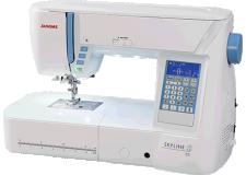 """SKYLINE S5 - La SKYLINE S5 est la 1ère classe pour vos coutures! C'est l'une des machines les plus confortables de la gamme JANOME grâce à son grand espace de travail et ses splendides points de 9 mm de large. La SKYLINE S5 intègre les fonctions indispensables tel le """"coupe-fil automatique et programmable"""" ainsi que le """"système mains libres """"genouillère"""". C'est l'une des machines préférées de notre communauté couture"""