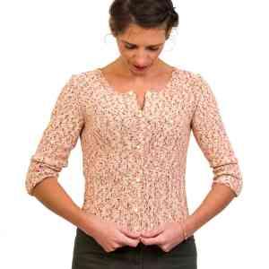 Cardigan Miniato en kit tricot - Un gilet en kit à tricoter pour l'été avec notre fil Éden, un coton chiné rehaussé d'un filet doré.  Le kit contient le fil, les boutons, les pressions, le gros-grains, les aiguilles et le patron avec toutes les explications. Le gilet est proposé en 2 couleurs chinées : rouge ou vert.