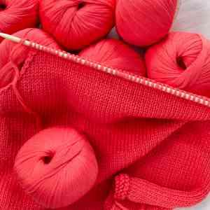 Windsor, pelote pur coton - Un fil pur coton, léger comme un voile. Idéal pour tricoter des vêtements d'été, comme des débardeurs, des petits pulls ou des vestes. Le fil est proposé en 5 couleurs : blanc, bleu nuit, saumon, corail, bleu ciel. Pelote de 50 g.