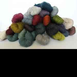 Acadia Fibre Company - Acadia de The Fibre Co. est un mélange subtil de soie, baby alpaga et laine mérinos fine qui peut s'adapter à de très nombreux projets. C'est un fil très doux idéal pour se tricoter des vêtements pouvant être portés toute l'année. Acadia est disponible en 24 coloris qui se marient parfaitement entre eux. La plupart des coloris d'Acadia ont un bel aspect chiné dû aux fibres de soie, alpaga et laine mérinos filées ensemble puis teintes. Comme pour tous les fils teints de façon artisanale, il est recommandé de tricoter en alternant deux écheveaux (deux rangs avec l'un, deux rangs avec l'autre) pour obtenir une plus grande homogénéité dans le coloris  60% mérinos, 20% bébé alpaga, 20% soie Écheveau de 50g - 133m (environ) Échantillon 10cm x 10cm jersey : 21 mailles x 35 rangs Aiguilles 4mm Lavage à la main en eau froide