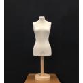 Demi buste - Demi-buste de taille 38 de modélisme qui permet une recherche de volumes en moulage avec un minimum de textile. Forme en polyuréthane expansé recouvert d'une housse en jersey écru. Le pied en bois est séparable du mannequin.   Ce mini-buste est la réplique à l'identique du Buste Mannequin ESMOD de taille 38 dont les mensurations ont été divisées par deux. Il est apprécié pour sa taille compacte et son poids qui en font un véritable outil de travail que l'on peut emmener partout. Il peut aussi être utilisé pour le display ou en décoration.  Buste destiné aux modélistes confirmés, aux débutants désirant apprendre le moulage sur mannequin et aux enfants rêvant de se lancer dans la couture.