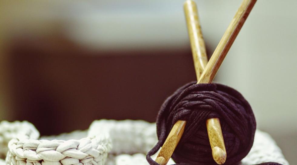 aiguille en fête - animation atelier - aiguille à tricoter en bois - pelote de laine noire