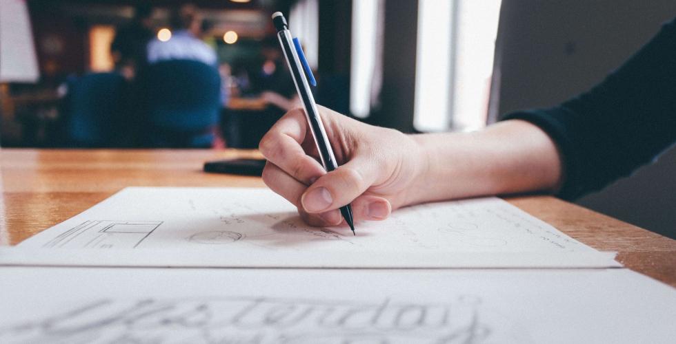 aiguille en fête - inscription annuaire - bureau - main - stylo - feuilles - table bois