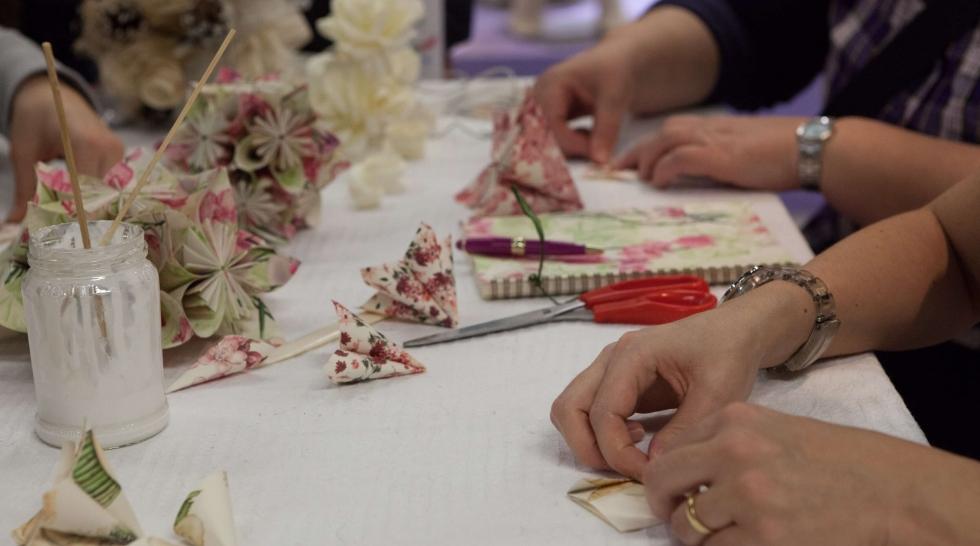 aiguille en fête - tarifs clubs & associations - atelier - origami fleurs - mains - colle