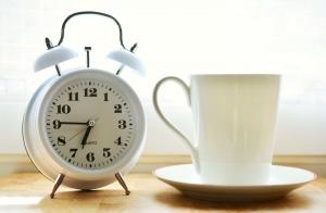 aiguille en fête - dates - horaires - blanc - tasse blanche - réveil analogique blanc