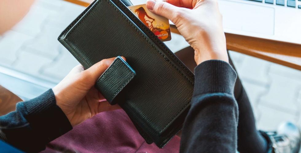 aiguille en fête - achat en ligne - portefeuille noir - carte de crédit mastercard - clavier ordinateur mac - mains