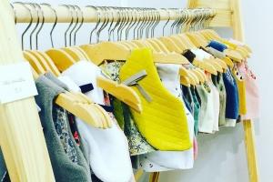 confort sur place - scintres en bois - jaune  - vestiaire