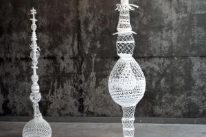 Totem - suspensions - NLeverger - Nathalie Leverger - artiste invitée - blanc : tradition passion - AEF 2018