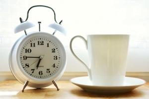 AEF PRO PARIS - dates - horaires - blanc - tasse blanche - réveil analogique blanc
